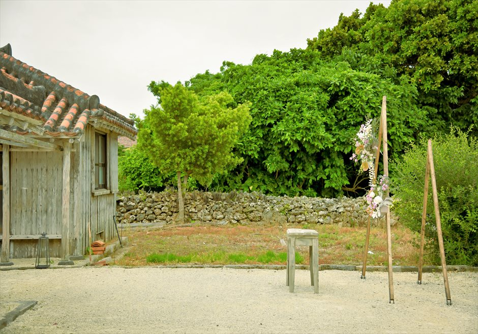 竹富島・沖縄琉球古民家結婚式 ヴィラ・ウェディング 緑深い森に囲まれた挙式会場