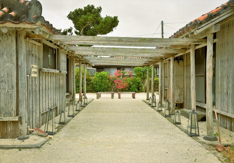 竹富島・沖縄琉球古民家結婚式 ヴィラ・ウェディング 祭壇側から望む古民家バージンロード