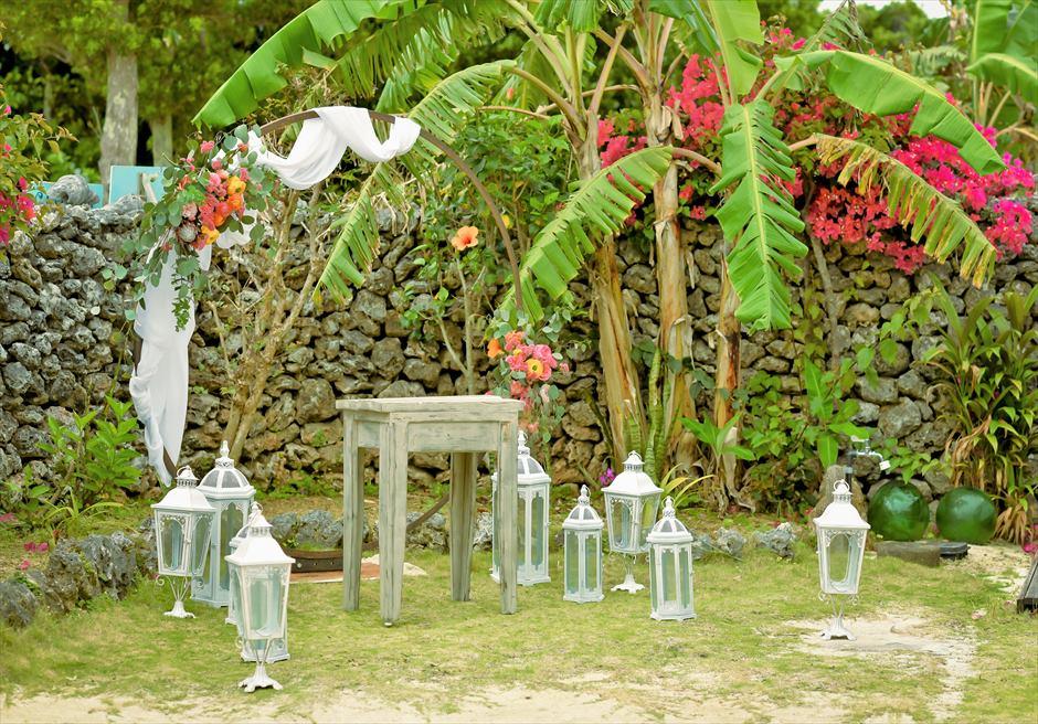 竹富島沖縄結婚式 古民家レストラン南潮庵 フローラル・ガーデン・ウェディング 石畳に囲まれた花々が咲き乱れる挙式会場