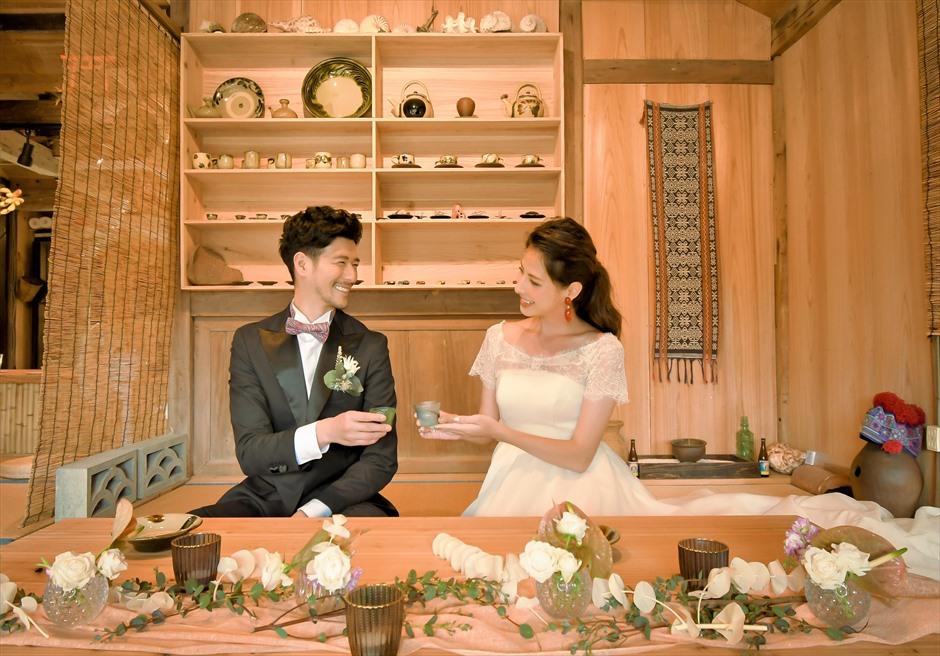 竹富島・挙式 古民家レストラン南潮庵 フローラル・ガーデン・ウェディング レストラン内での挙式後乾杯シーン