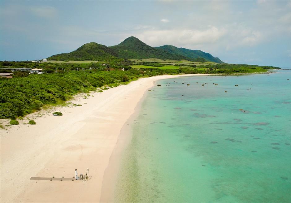 ザ・セブン・スターズ・リゾート石垣島│シーニック・ビーチ・ウェディング│ビーチの背後には美しいジャングルが広がる