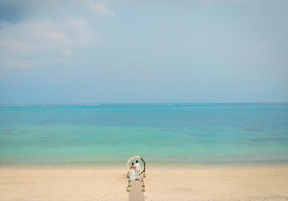 ザ・セブン・スターズ・リゾート石垣島│シーニック・ビーチ・ウェディング│目の前に透明度の高い美しい海が広がる
