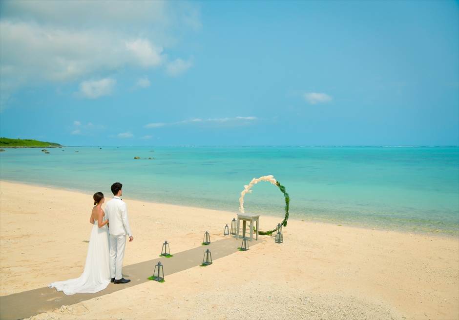 ザ・セブン・スターズ・リゾート石垣島│シーニック・ビーチ・ウェディング│目の前に青々とした海と空が広がる入場シーン