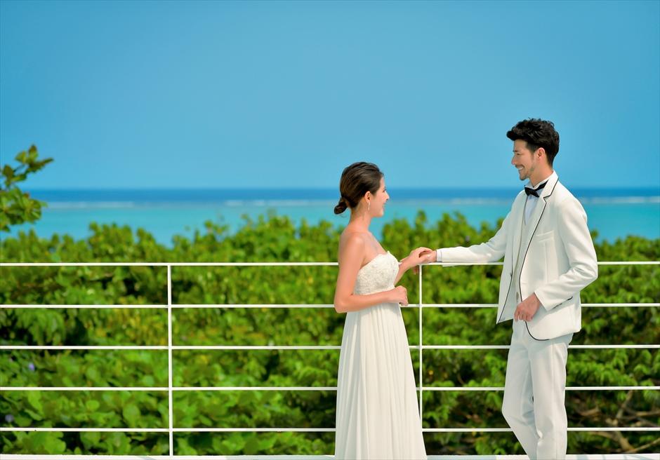 ザ・セブン・スターズ・リゾート石垣ヴィラ・ルーフトップより真っ青な海を望む