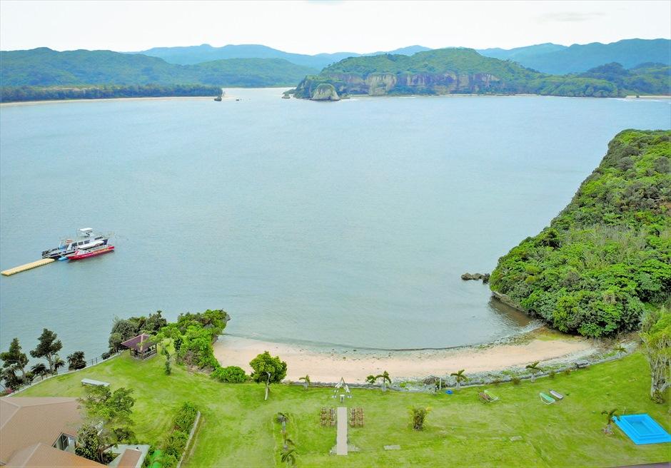 ヴィラうなりざき西表島・沖縄結婚式 オーシャンフロント・ガーデンウェディング 西表島特有の景観が広がるリゾートビーチ