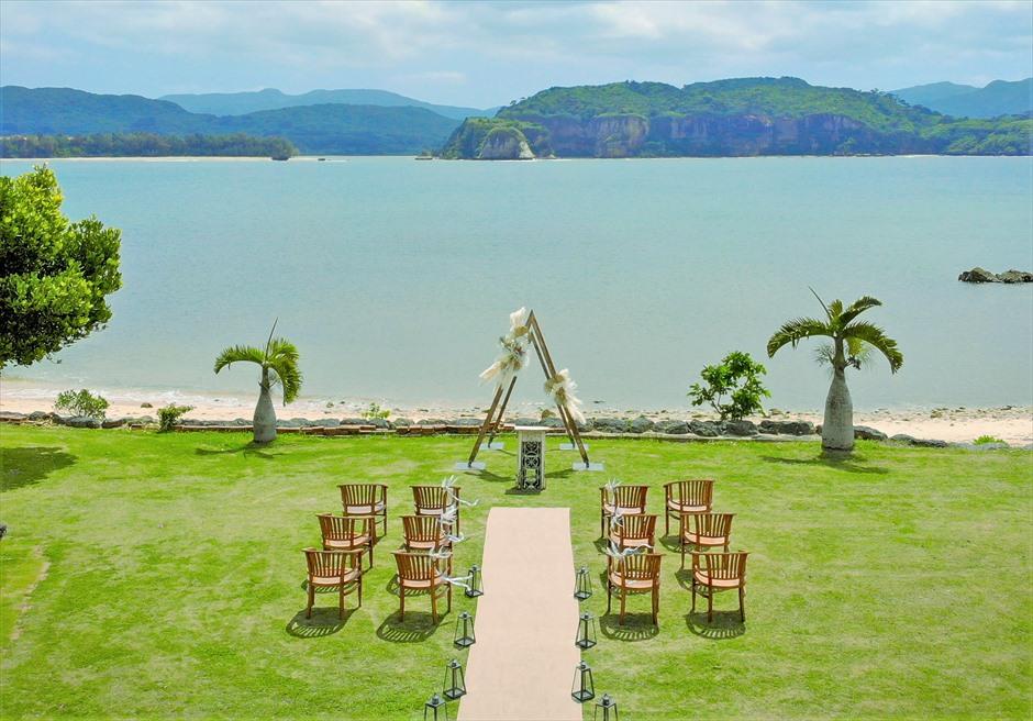 ヴィラうなりざき西表島・沖縄結婚式 オーシャンフロント・ガーデンウェディング 真っ青な海を一望する緑豊かなガーデン