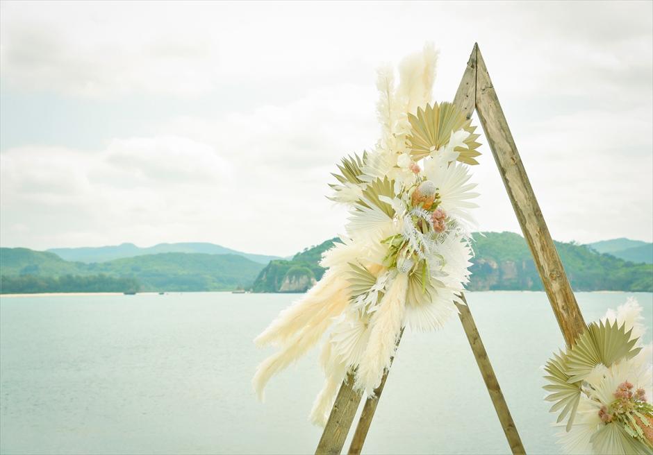 ヴィラうなりざき・沖縄西表島ウェディング オーシャンフロント・ガーデン挙式 アーチ・アンティークフラワー装飾