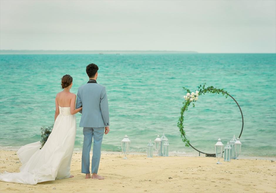 沖縄八重山諸島・小浜島近海・幻の島結婚式 サークルアーチ・ビーチウェディング 無人島ビーチ・美しい白砂ビーチ上を入場