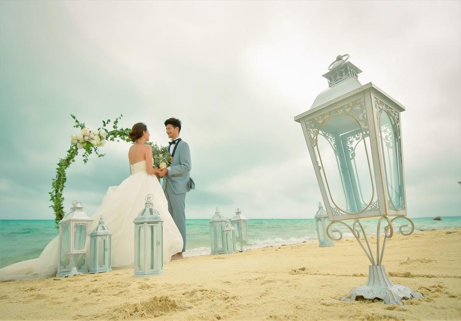 沖縄八重山諸島・小浜島近海・幻の島結婚式 サークルアーチ・ビーチウェディング 波の音が奏でる幻想的な挙式シーン