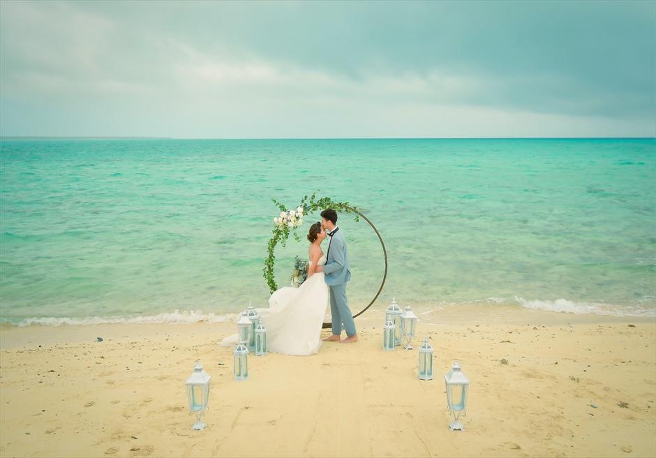 沖縄八重山諸島・小浜島近海・幻の島結婚式 サークルアーチ・ビーチウェディング 無人島ビーチの絶景