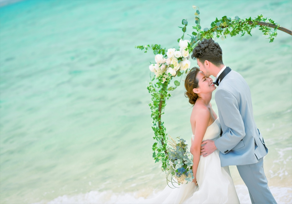 沖縄八重山諸島・小浜島近海・幻の島結婚式 サークルアーチ・ビーチウェディング 無人島ビーチでの爽やかな挙式シーン