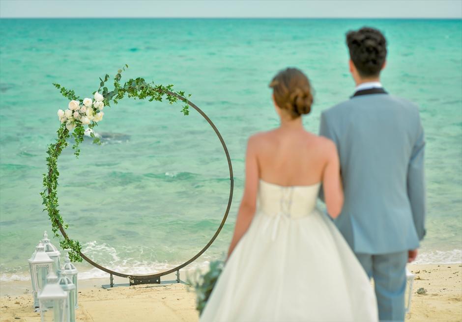 沖縄八重山諸島・小浜島近海・幻の島結婚式 サークルアーチ・ビーチウェディング 無人島ビーチ・コバルトブルーの海が広がる