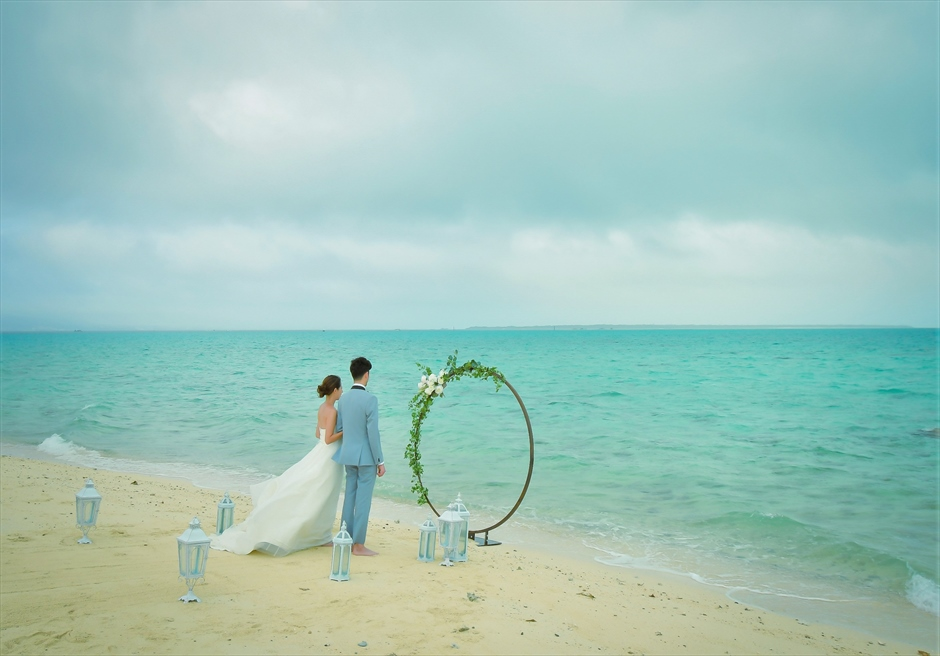 沖縄・小浜島近海・幻の島ウェディング 無人島ビーチ結婚式サークルアーチ 壮大なロケーション