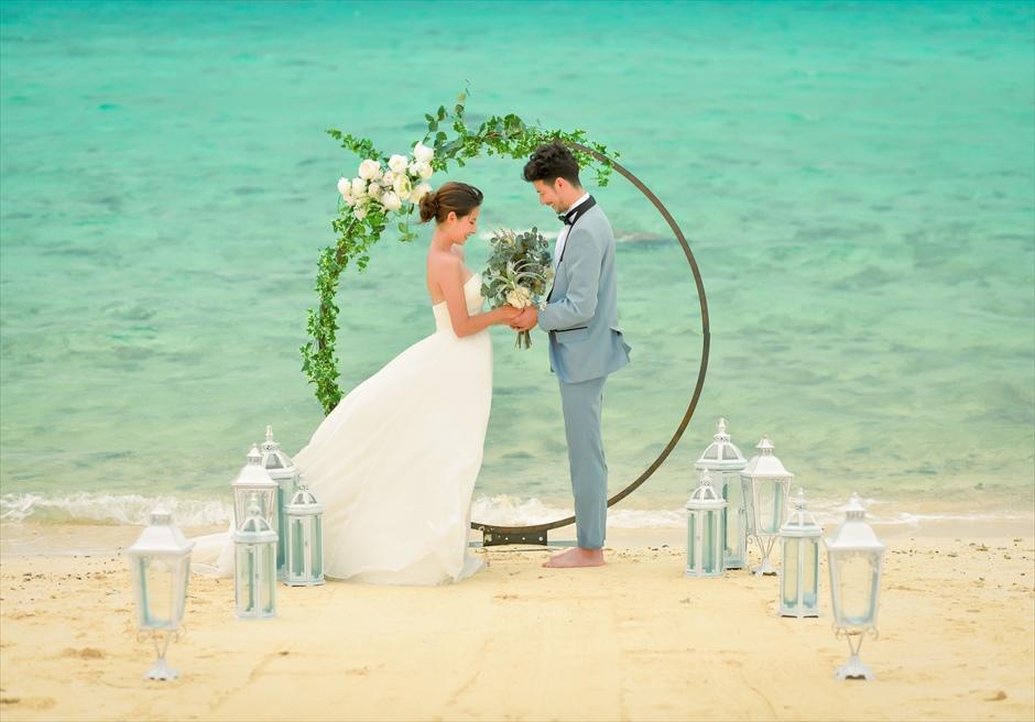 沖縄八重山諸島・小浜島近海・幻の島結婚式 サークルアーチ・ビーチウェディング 心地よいシーブリーズが吹き抜ける挙式