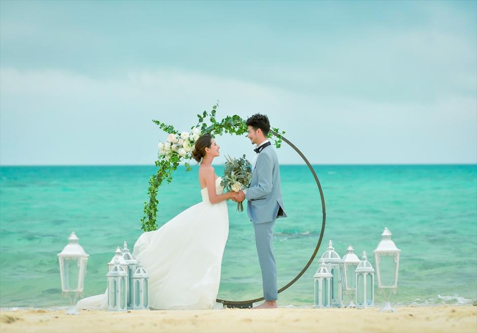 沖縄八重山諸島・小浜島近海・幻の島結婚式 サークルアーチ・ビーチウェディング 真っ青な海に吸い込まれるような挙式シーン