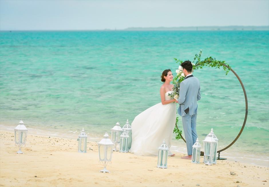 沖縄八重山諸島・小浜島近海・幻の島結婚式 サークルアーチ・ビーチウェディング 白砂と美しい海のみに囲まれた挙式