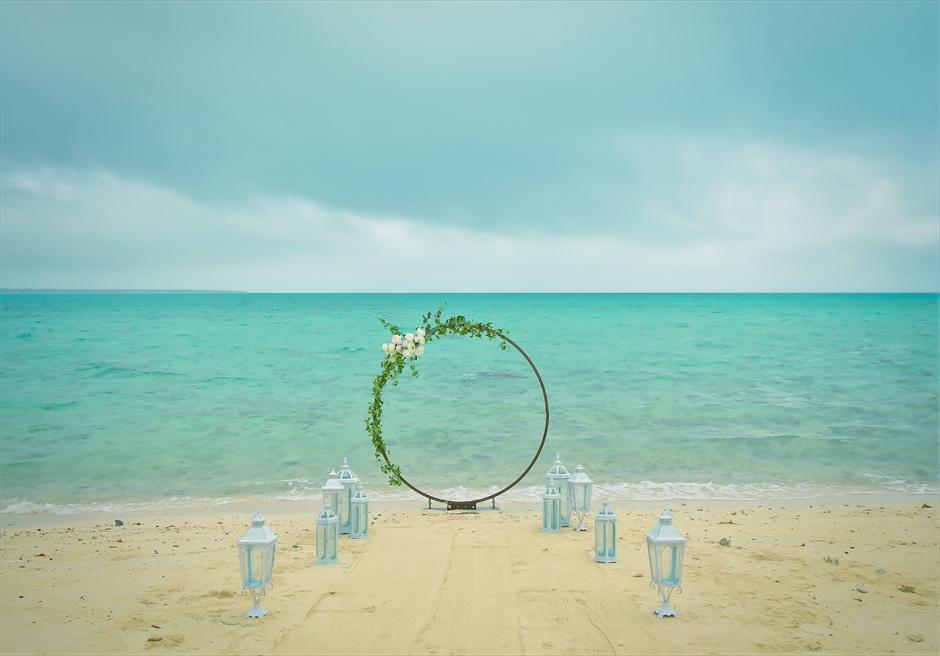 沖縄八重山諸島・小浜島近海・幻の島結婚式 サークルアーチ・ビーチウェディング アーチ越しに透明度の高い美しい海が広がる
