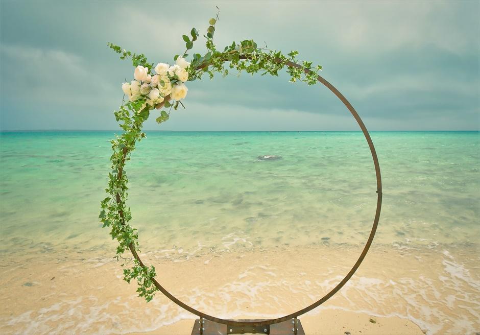 沖縄八重山諸島・小浜島近海・幻の島挙式 サークルアーチ・ビーチウェディング アーチ越しに美しい白砂ビーチを望む