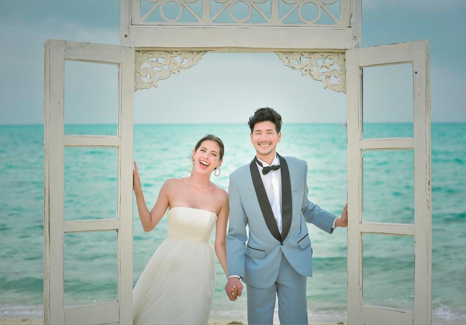 沖縄八重山諸島・小浜島近海・幻の島結婚式 ヘブンズドア・ビーチウェディング ドア・フォトウェディング