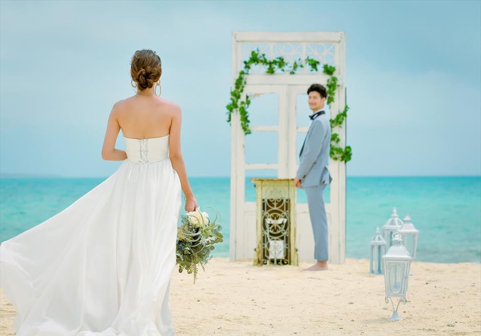 沖縄八重山諸島・小浜島近海・幻の島結婚式 ヘブンズドア・ビーチウェディング ドア越しに真っ青な海が広がる挙式入場