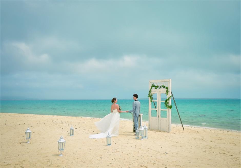 沖縄八重山諸島・小浜島近海・幻の島結婚式 ヘブンズドア・ビーチウェディング 海風が吹き抜ける挙式入場シーン