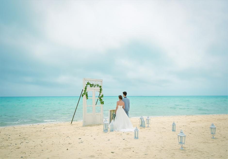 沖縄八重山諸島・小浜島近海・幻の島結婚式 ヘブンズドア・ビーチウェディング 幻想的な挙式シーン