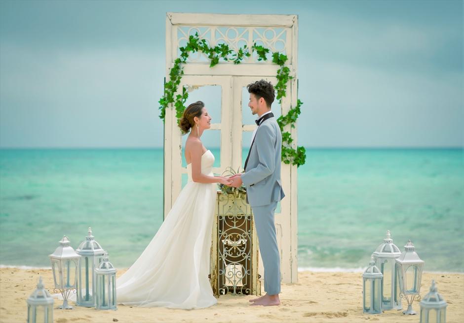 沖縄八重山諸島・小浜島近海・幻の島結婚式 ヘブンズドア・ビーチウェディング 挙式会場装飾が海に映え渡る