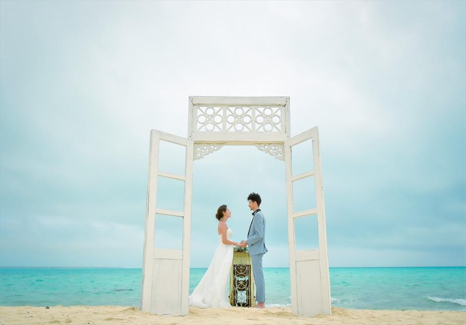 沖縄八重山諸島・小浜島近海・幻の島結婚式 ヘブンズドア・ビーチウェディング ドアをオープンにした挙式シーン