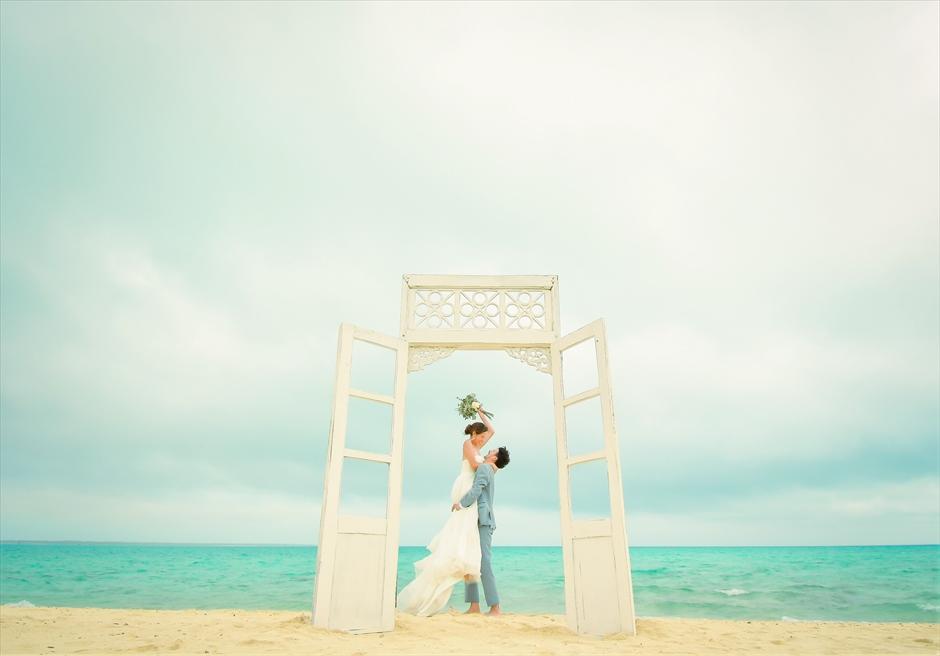 沖縄八重山諸島・小浜島近海・幻の島結婚式 ヘブンズドア・ビーチウェディング 挙式後撮影