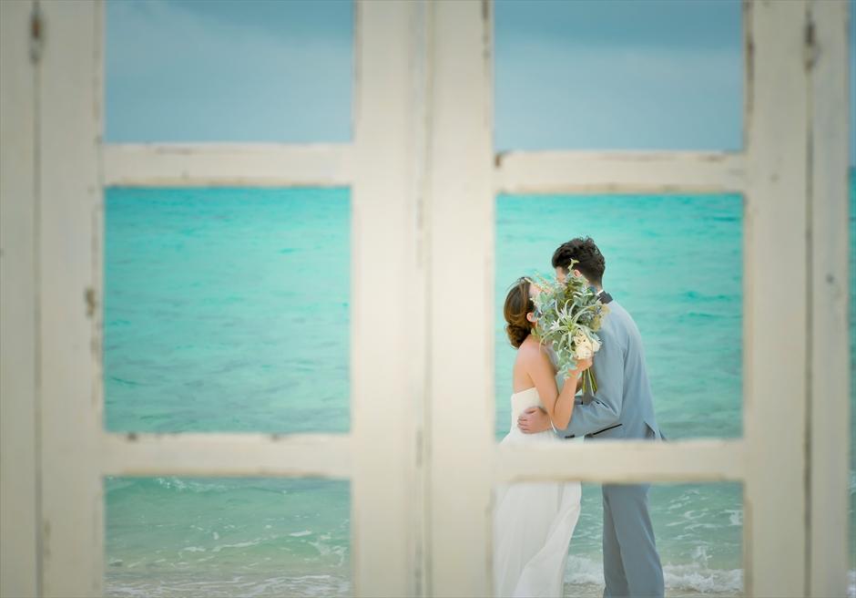 沖縄八重山諸島・小浜島近海・幻の島結婚式 ヘブンズドア・ビーチウェディング 幻想的な挙式後撮影