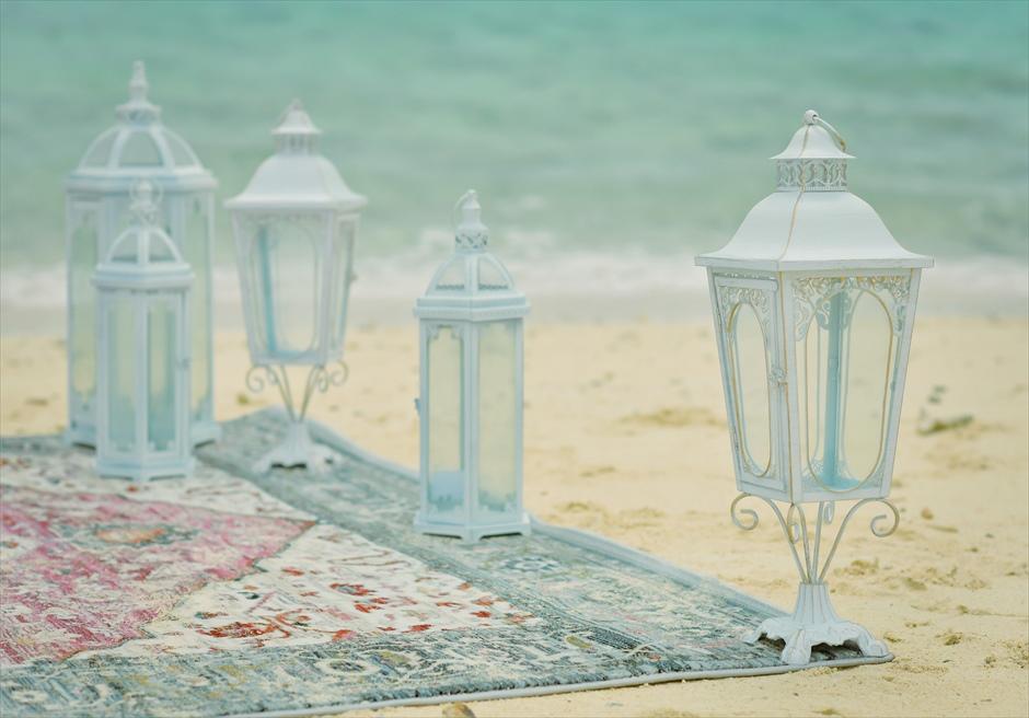 沖縄八重山諸島・小浜島近海・幻の島挙式 マジックカーペット・ビーチウェディング ホワイト・クラシック・ランタン装飾