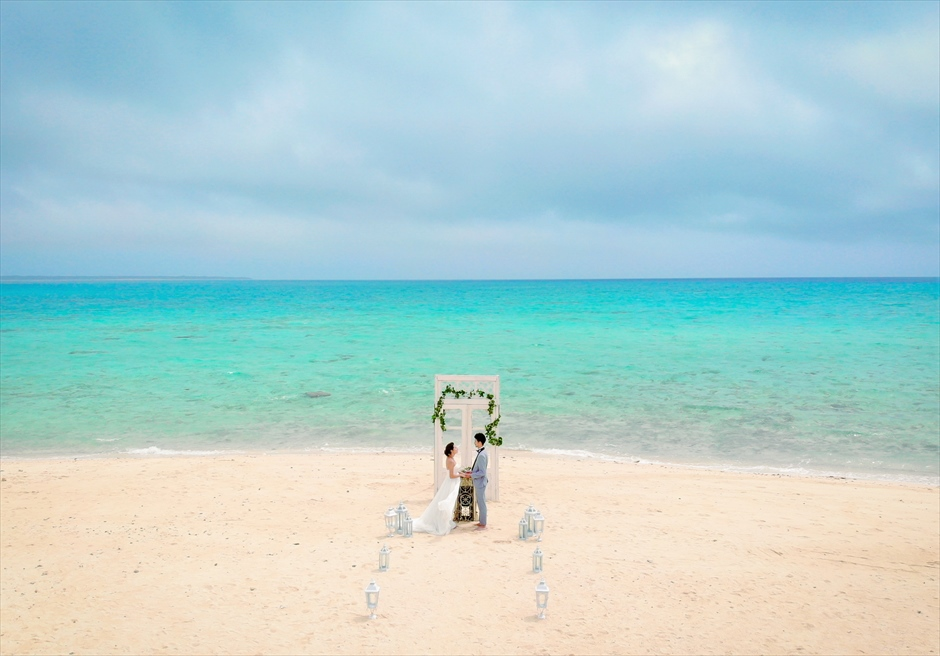 沖縄八重山諸島・小浜島近海・幻の島結婚式 ヘブンズドア・ビーチウェディング 真っ青な海が広がる幻の島挙式シーン全景