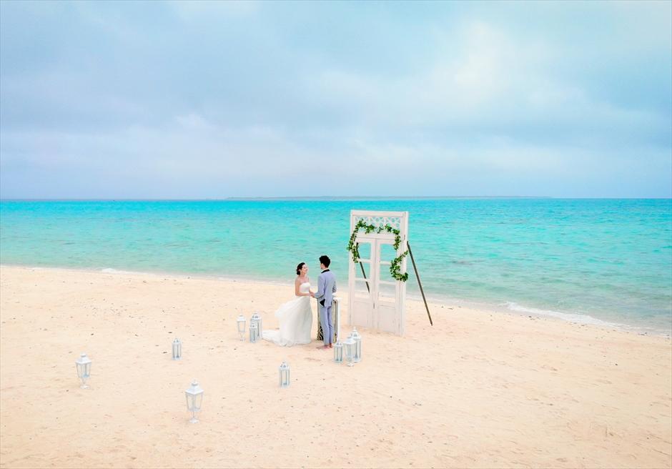 沖縄八重山諸島・小浜島近海・幻の島結婚式 ヘブンズドア・ビーチウェディング 無人島を舞台にした幻の島挙式シーン