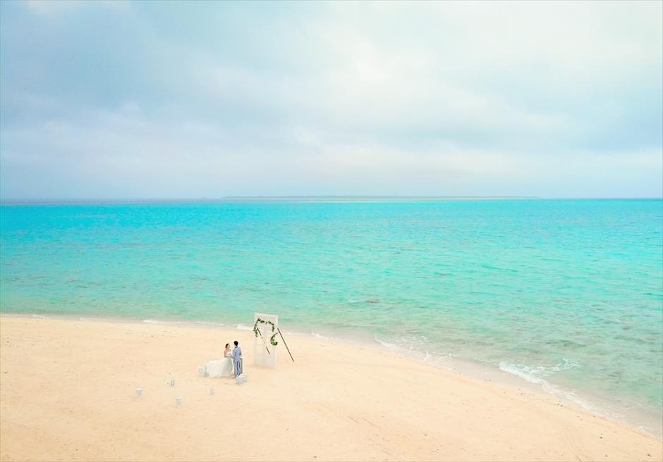 沖縄八重山諸島・小浜島近海・幻の島結婚式 ヘブンズドア・ビーチウェディング 果てしない海を舞台にした幻の島挙式会場