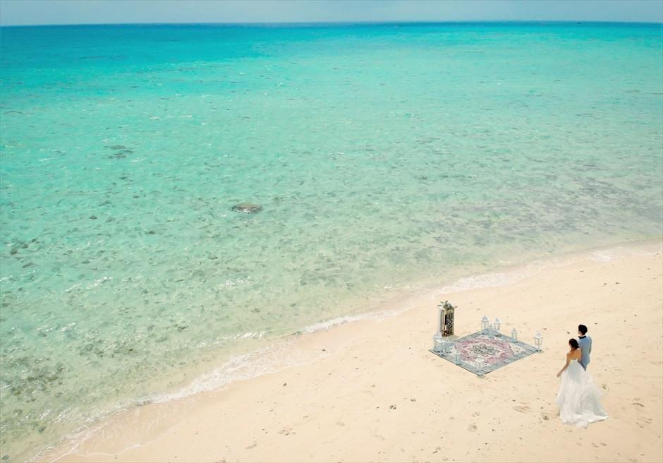 小浜島近海・幻の島 沖縄結婚式 マジックカーペット・ビーチウェディング 無人島ビーチを舞台にした壮大な挙式シーン