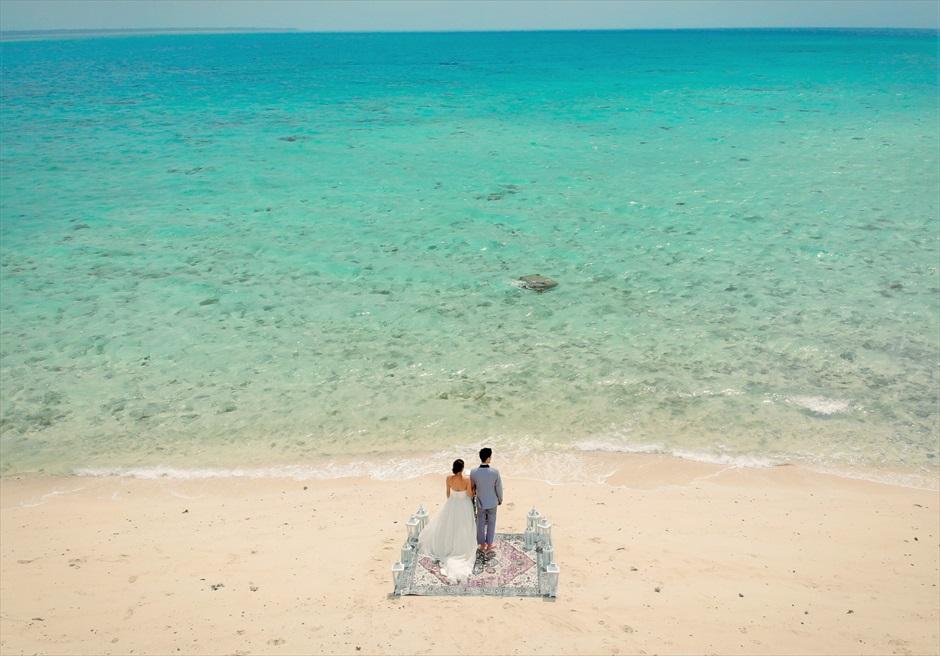 小浜島近海・幻の島 沖縄結婚式 マジックカーペット・ビーチウェディング 壮大で真っ青な海が広がる挙式シーン