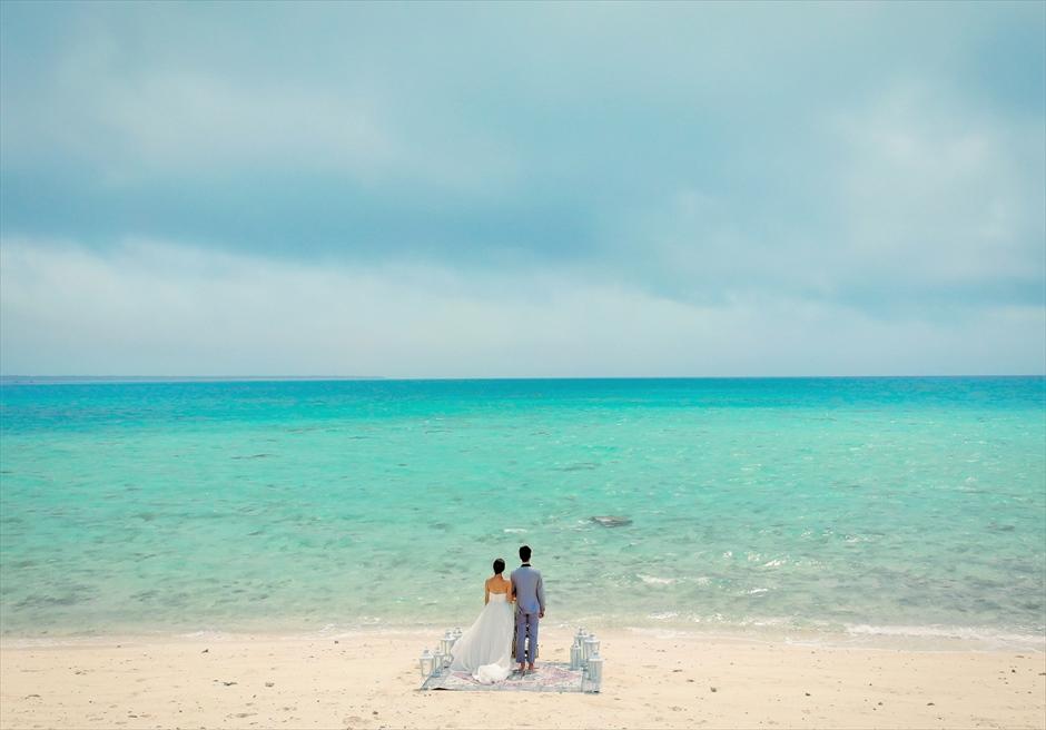小浜島近海・幻の島 沖縄結婚式 マジックカーペット・ビーチウェディング 心地より海風が吹き抜ける爽快な挙式シーン
