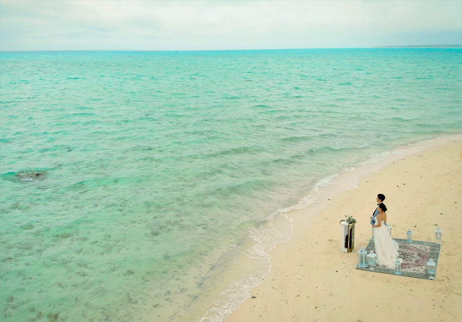 小浜島近海・幻の島 沖縄結婚式 マジックカーペット・ビーチウェディング 透明度の高い海から波が打ち寄せる挙式シーン