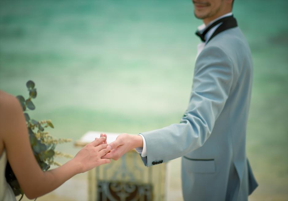 小浜島近海・幻の島 沖縄結婚式 マジックカーペット・ビーチウェディング 無人島ビーチでの幻想的な挙式シーン