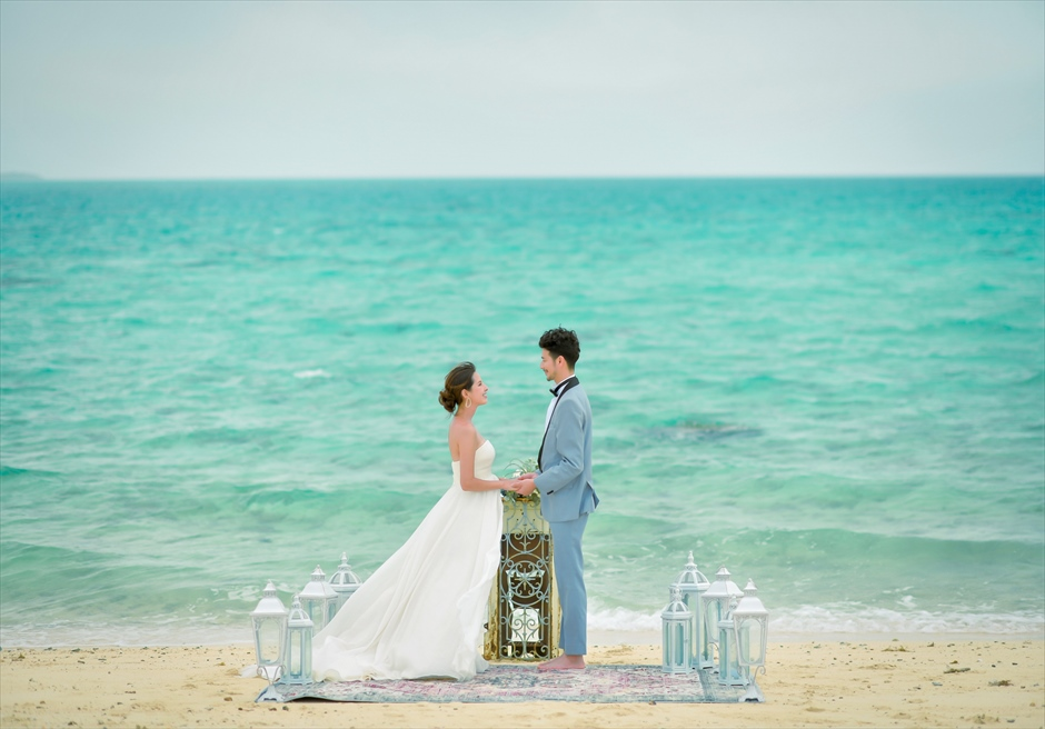 小浜島近海・幻の島 沖縄結婚式 マジックカーペット・ビーチウェディング コバルトブルーの壮大な海が広がる挙式シーン