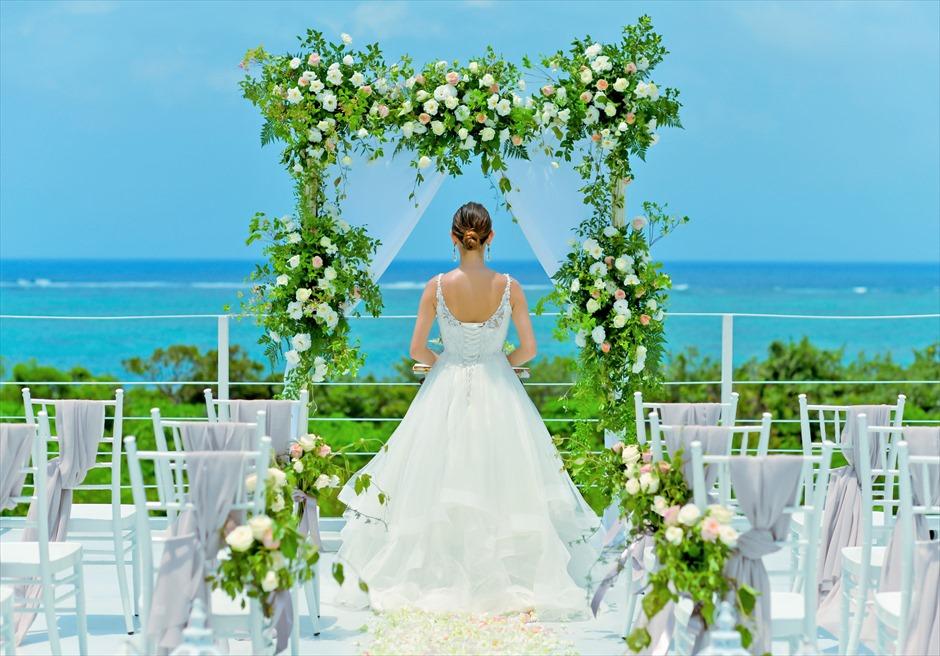 シエスタ・プールヴィラ石垣島・沖縄結婚式 オーシャンフロント・スカイウェディング アーチ生花装飾が目の前の景色と調和する