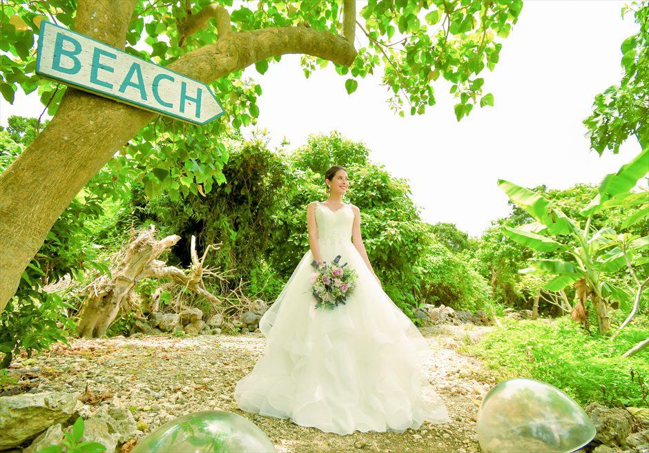 シエスタ・プールヴィラ石垣島・沖縄結婚式 オーシャンフロント・スカイウェディング ヴィラ敷地内ビーチへの小道より入場