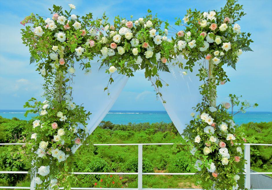 ヴィラ・シエスタ石垣島・沖縄結婚式 オーシャンフロント・スカイウェディング ルーフトップ・アーチ生花装飾