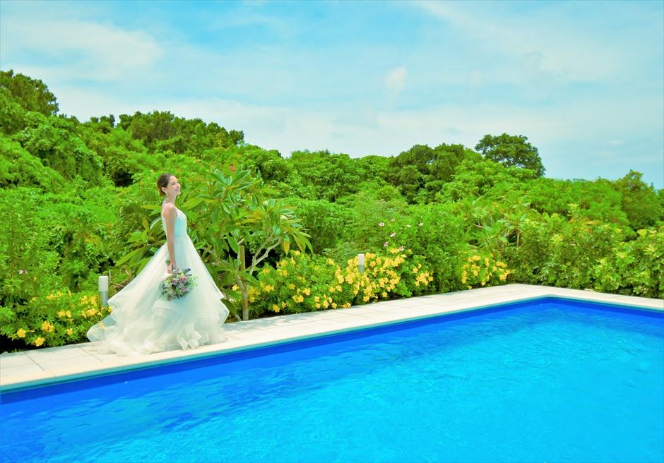 シエスタ・プライベート・プールヴィラ石垣島ビーチを望むプールにてフォトウェディング