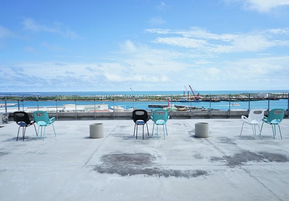 ホテルエメラルドアイル石垣島/見通しが良い日には屋上から竹富島や西表島をご覧いただけます