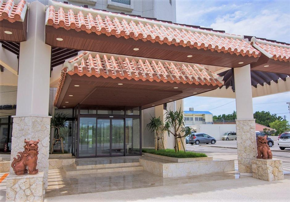 ホテルロイヤルマリンパレス石垣島/エントランスではシーサーがお出迎え