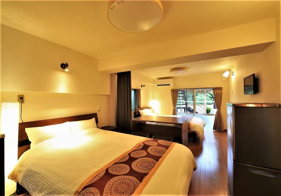 燦鐘苑 川平の宿/本邸離れのツインルームにはセミダブルベッド2台を常置