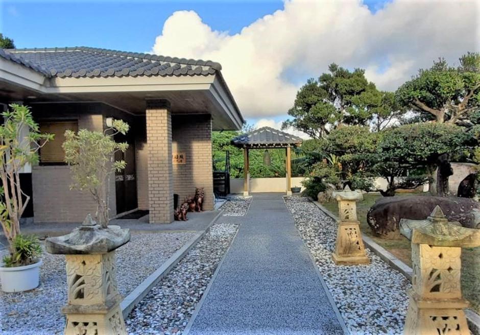 燦鐘苑 川平の宿/日本庭園風の玄関アプローチ