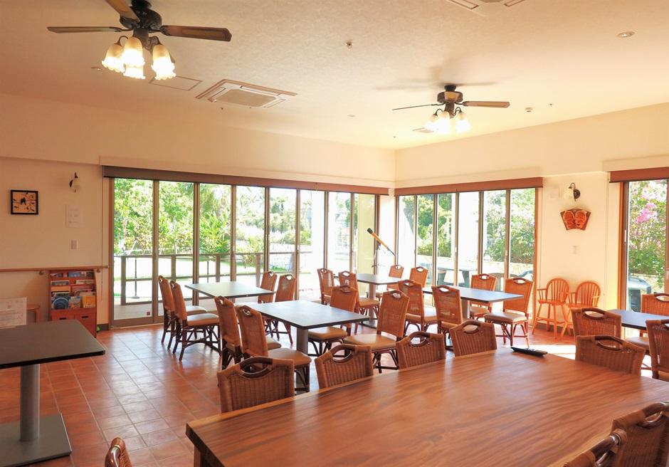 サングリーングラスリゾート/朝食会場としても利用するラウンジ