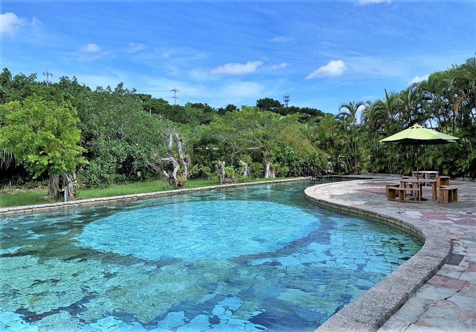 開放感のある屋外プール